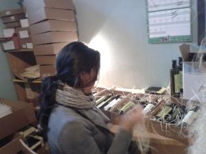 Isabel montando cajas de regalo